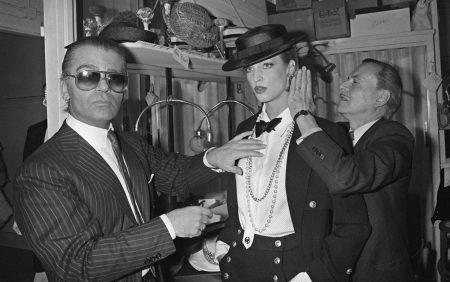 Le couturier Karl Lagerfeld donne une dernière touche à un modèle, le 24 janvier 1983