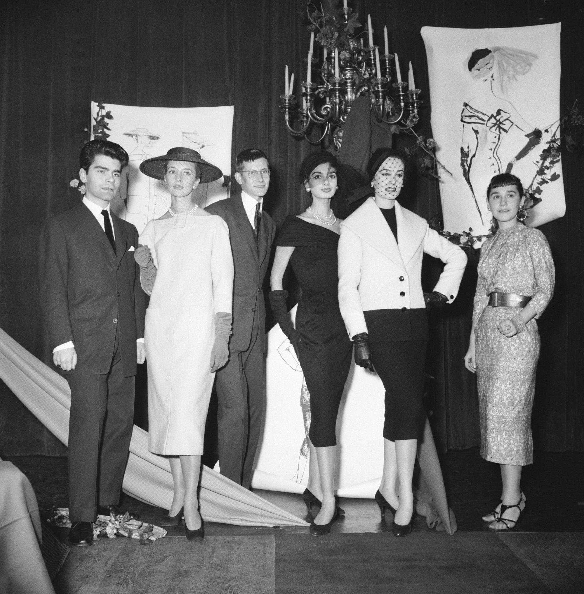 En 1954, Karl Lagerfeld gagne le premier prix du Secrétariat de la laine ex æquo avec Yves Saint Laurent.