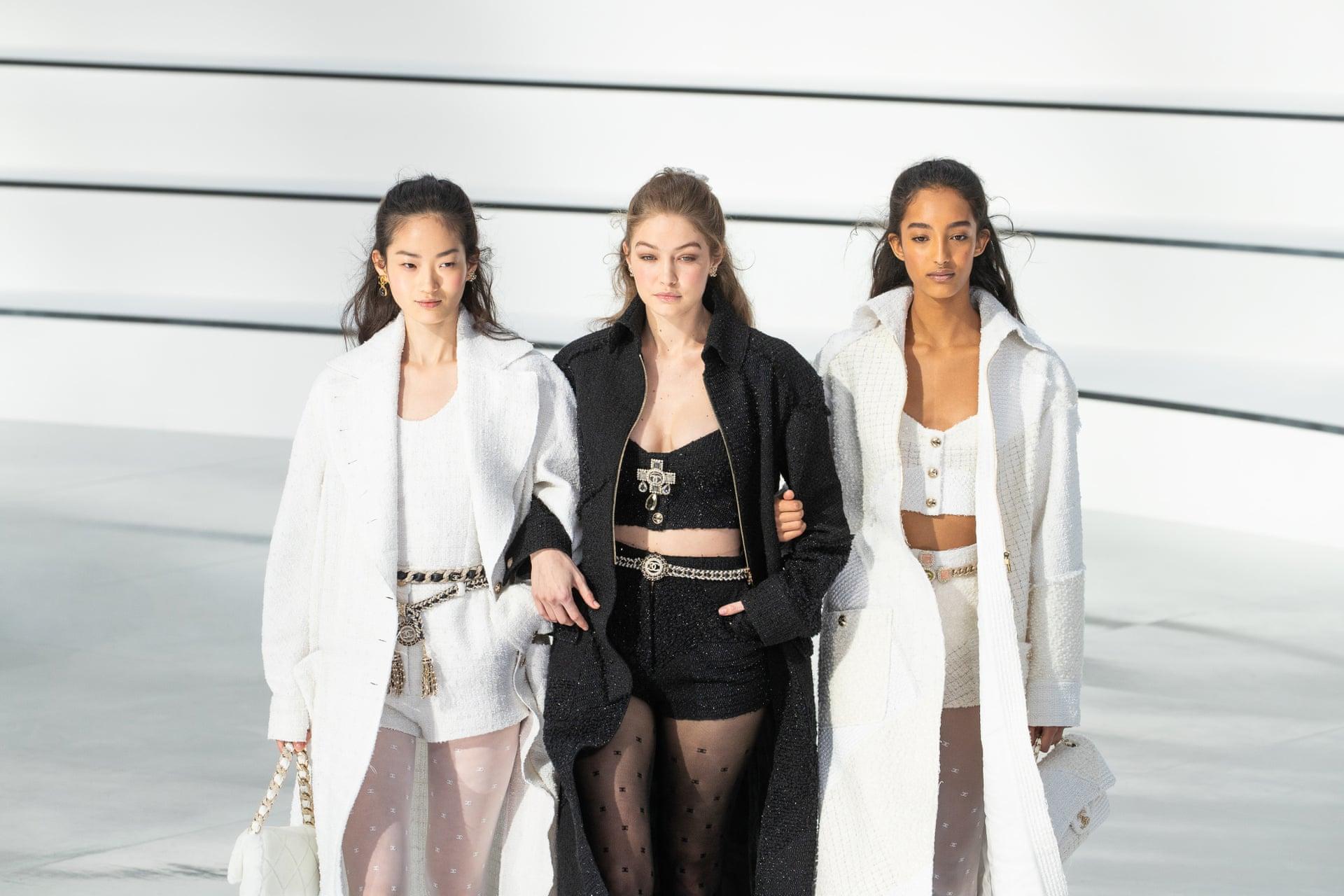 """""""Romanticism, but without any flourishes. Emotions, but without any frills"""" à expliqué la directrice Virginie Viard par rapport à la collection de Chanel 2020."""